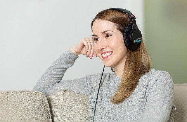 Kvinna lyssnar på ljudböcker